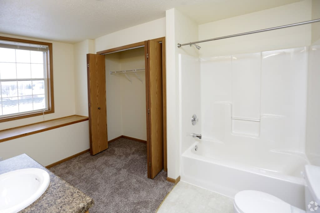 11south-hampton-townhomes-grand-forks-nd-2-bedroom-2nd-level-bathroom