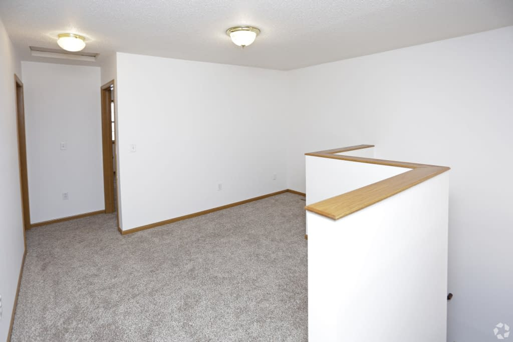 times-square-townhomes-grand-forks-nd-2-bedroom-wden-upstairs-landing