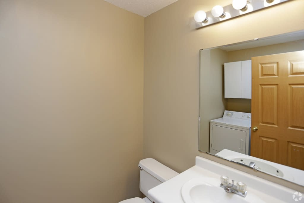 times-square-townhomes-grand-forks-nd-two-bedroom-main-level-bathroom