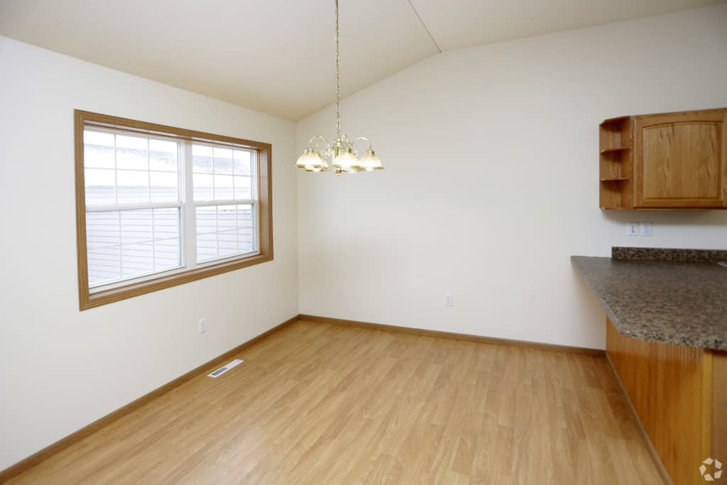 south-hampton-townhomes-grand-forks-nd-2-bedroom-dining-area